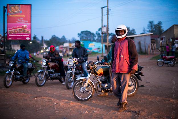 Африка Уганда мототаксі
